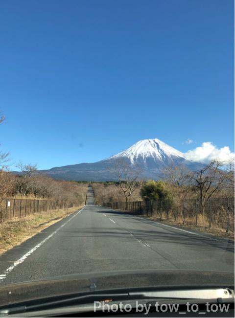 朝霧ジャンボリーオートキャンプ場前一本道と富士山