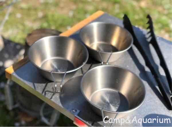 ユニフレーム焚き火テーブルとシェラカップ